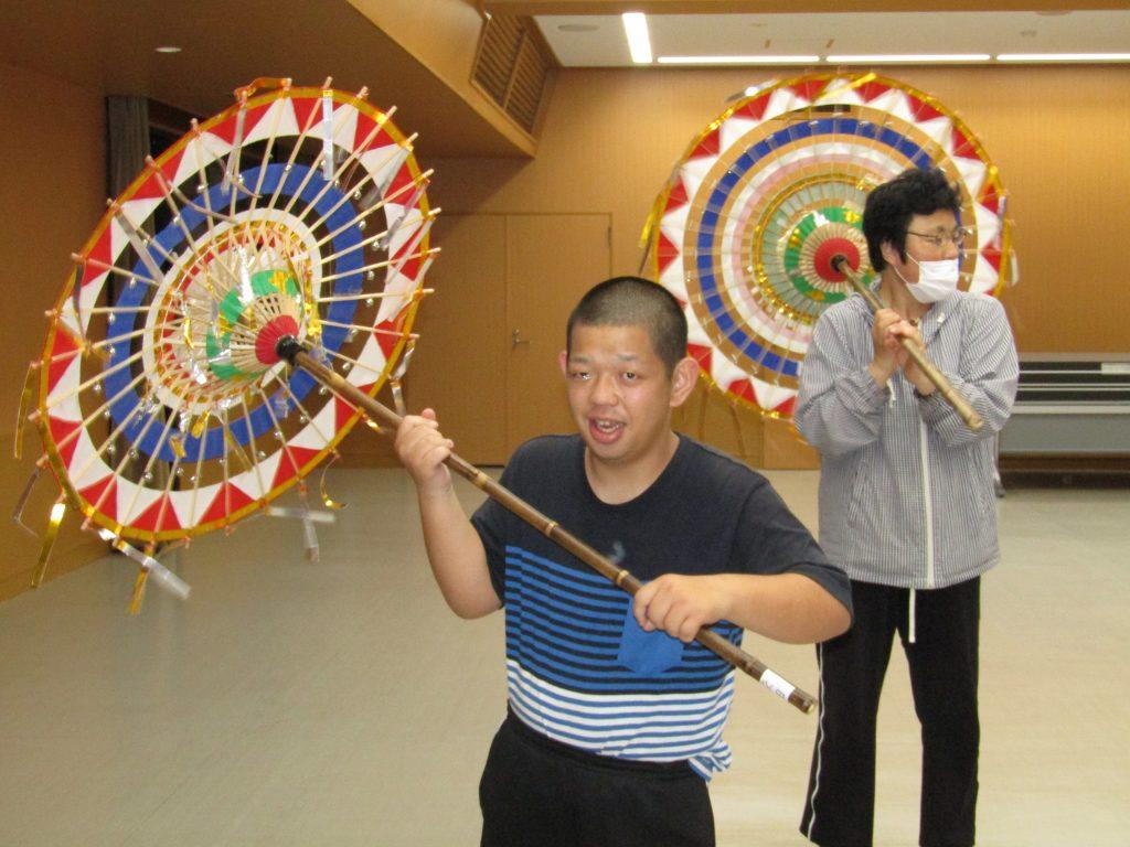 傘踊り(踊り傘を回す)